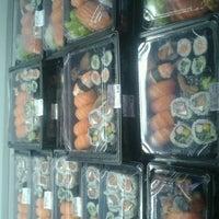 Foto tirada no(a) Sushi Roots Express por Thais G. em 8/7/2012