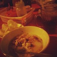 Photo taken at Bubur Ayam Jakarta Mang Dudung by Toiras R. on 4/21/2012