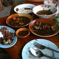 Photo taken at ส้มตำท่าเสด็จ by โดมคุง .. on 9/8/2012