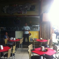 Photo taken at Zimbrus Surf Food by Gustavo P. on 3/31/2012