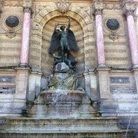 Photo prise au Place Saint-Michel par Eugeny G. le8/17/2012