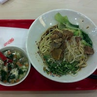 Photo taken at 厚粮酸菜牛肉拉面 Hou Liang Pickled Beef Noodles by Wei G. on 5/9/2012