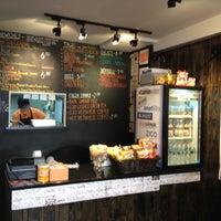 4/17/2012 tarihinde Alex G.ziyaretçi tarafından Xe Máy Sandwich Shop'de çekilen fotoğraf