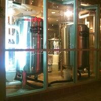 Foto tirada no(a) Karl Strauss Brewing Company por Tawmis L. em 7/22/2012