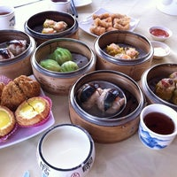 Photo taken at Restoran Foh San Dim Sum (富山茶楼) by Veeiean . on 8/22/2012