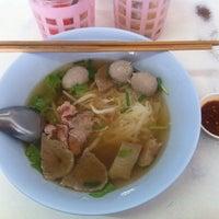 Photo taken at ซ้งเฮง ก๋วยเตี๋ยวเนื้อ by Kikkapoo on 2/9/2012