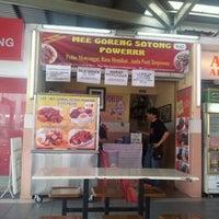 Photo taken at Mee Goreng Sotong Powerrr by mawarni s. on 4/21/2012