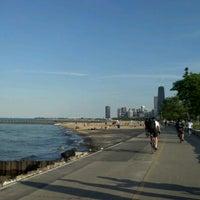 รูปภาพถ่ายที่ Chicago Lakefront Trail โดย Kayce A. เมื่อ 6/8/2012