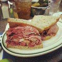 7/13/2012에 Elliott K.님이 Ben's Kosher Delicatessen에서 찍은 사진