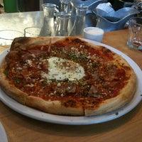 Foto scattata a Gialina Pizzeria da Paulie G. il 4/9/2012