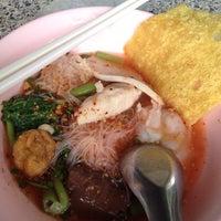 Photo taken at ครัวเล่าจึง ก๋วยเตี๋ยวลูกชิ้นปลา by Wanida S. on 6/18/2012