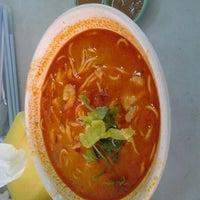 Photo taken at XXL Keningau Chicken Rice by Ewanslegacy on 6/5/2012