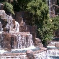Foto tirada no(a) Wynn Waterfall por Nate M. em 5/23/2012