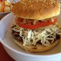 Das Foto wurde bei Ruben's Hamburgers von Axel M. am 7/3/2012 aufgenommen