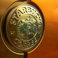 Foto tirada no(a) Starbucks por Paula P. em 2/24/2012