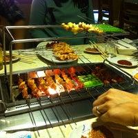 Das Foto wurde bei 延吉丰茂串城 Fengmao BBQ von Hyunsun P. am 3/27/2012 aufgenommen