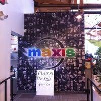 Foto tomada en Maxis por Dan M. el 3/15/2012