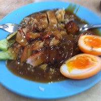 Photo taken at ข้าวหมูแดง สีมรกต by Nakorn N. on 4/3/2012
