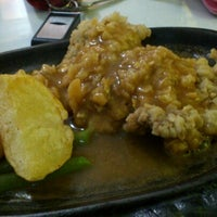 Photo taken at Waroeng Steak & Shake by dewi r. on 7/10/2012
