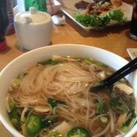 Foto scattata a Mignon Pho + Grill da Ayleigh A. il 4/1/2012