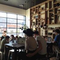 Foto scattata a Toby's Estate Coffee da Sarah il 5/19/2012