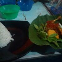 Photo taken at Ayam penyet patimura by Wiwid L. on 8/15/2012