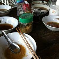 Photo taken at ก๋วยเตี๋ยวหมูเลียงพี่ป้อม by 🎀Suni J. on 5/15/2012