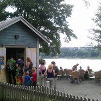 Das Foto wurde bei Sinisen huvilan kahvila von Martien B. am 7/26/2012 aufgenommen