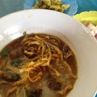 Photo taken at Kao Soi Lamduan Fa Ham by Paloma P. on 4/18/2012