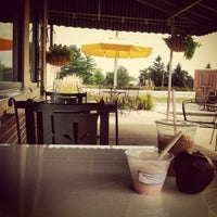Das Foto wurde bei Burgie's Coffee & Tea Company von Gina K. am 8/22/2012 aufgenommen