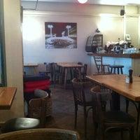 Foto tirada no(a) Zula Hummus Café por chip l. em 5/30/2012
