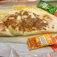 Photo taken at Taco Bell by Leonardo on 8/17/2012