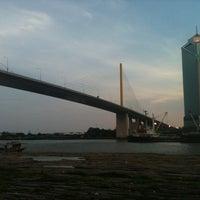 Das Foto wurde bei Chaaloem Phrakiat Park von 🍀  Ⓑⓞⓞⓝⓖⓚⓔⓨ am 4/14/2012 aufgenommen