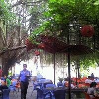 Photo taken at Ý Tưởng 2 Café by Sébastien Lê on 5/25/2012