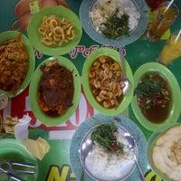 Photo taken at Rumah Makan Prima spesial kepiting Comal by Vitria R. on 5/12/2012