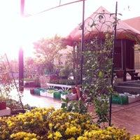 Foto scattata a Café Du Jardin da Juliie il 3/26/2012