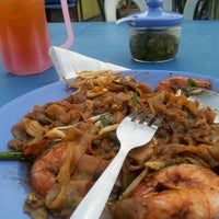 Photo taken at Char Kue Teow Bandar Pulai Jaya by Muizz A. on 9/13/2012
