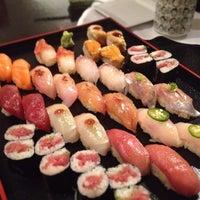 Foto tirada no(a) Sushi Yasaka por Julie Q. em 3/25/2012