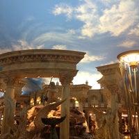 Foto tirada no(a) Trevi Fountain por Dion H. em 6/9/2012