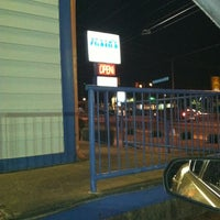 Das Foto wurde bei Yasin's Homestyle Seafood - West End von D'Andre L. am 5/5/2012 aufgenommen