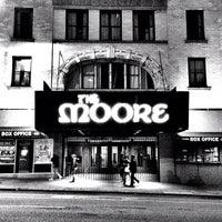 Das Foto wurde bei Moore Theatre von Aaron L. am 6/27/2012 aufgenommen