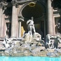 Foto tirada no(a) Trevi Fountain por Alex S. em 6/11/2012