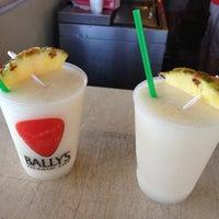 รูปภาพถ่ายที่ Bally's Bikini Beach Bar โดย Sarah C. เมื่อ 7/14/2012