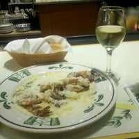 Photo taken at Olive Garden by Dia L. on 4/1/2012
