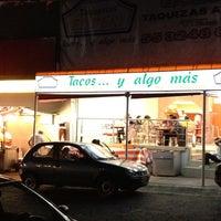Foto tirada no(a) Tacos El Periferico por Siervo S. em 3/17/2012