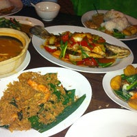 Photo taken at Pormtip Thai BBQ Seafood Restaurant by Muz K. on 4/4/2012