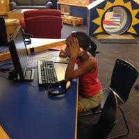 รูปภาพถ่ายที่ West Bloomfield Township Public Library โดย Queen Takaya R. เมื่อ 6/28/2012