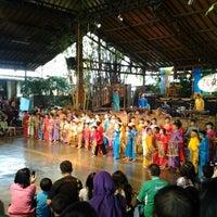 Photo prise au Saung Angklung Mang Udjo par SunFlo S. le4/14/2012