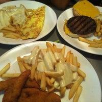 Foto tirada no(a) Crosstown Diner por Jay C. em 8/25/2012