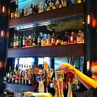 Foto tomada en Raven Bar por Ellen L. el 6/9/2012